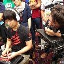 È il campione online di Ultra Street Fighter IV, ma gioca solo con l'ausilio della bocca