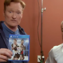 Conan O'Brien sale sul ring contro Conor McGregor in UFC 2