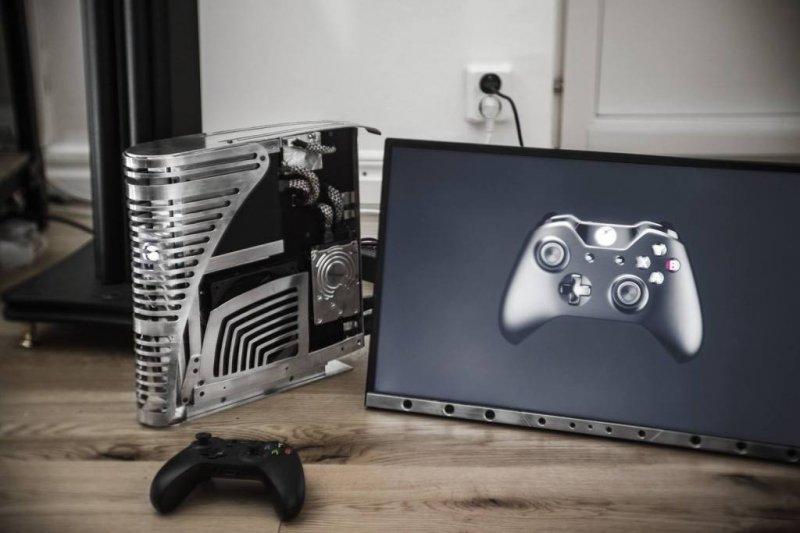 No, non è l'elmetto di Isaac Clarke, ma una Xbox One modificata