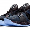 Un paio di scarpe Nike griffate PlayStation, in collaborazione con Paul George