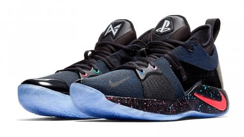 Un paio di scarpe Nike griffate PlayStation, in collaborazione con Paul George