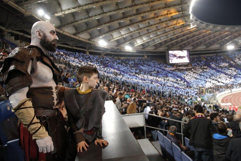 God of War: Sony manda Kratos e Atreus a vedere il derby romano per promuovere il gioco