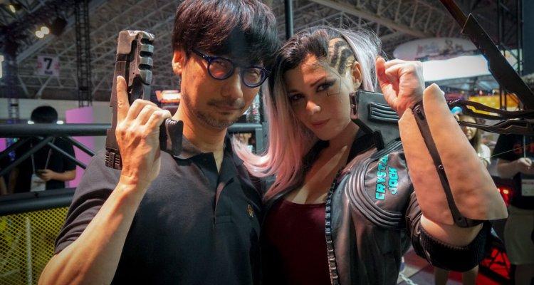 Cyberpunk 2077, Kojima allo stand del TGS 2019 con la moto e la cosplayer