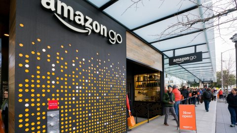 Will Amazon open physical stores? The e-commerce giant thinks about expansion